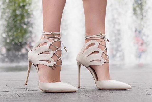 Perfiles brillantes y sinuosos en zapatos de Racine Carrée
