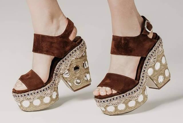 Sandalias y botines de Elena Iachi inspirados en los 70's