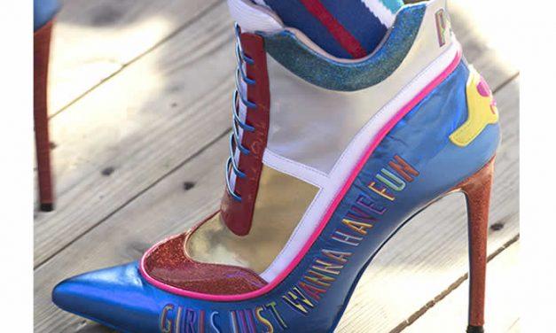 Verano salvaje y colorido en zapatos y bolsos Manish Arora