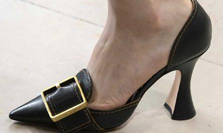 Glamour imponente en zapatos de Rochas con grandes hebillas