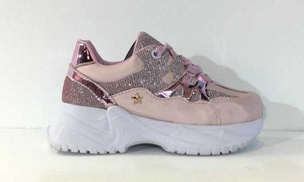 Zapatos para niñas que siguen la moda de las mujeres