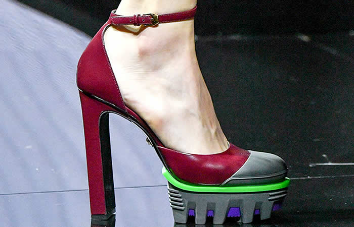 Formas sobredimensionadas en botas y zapatos Versace