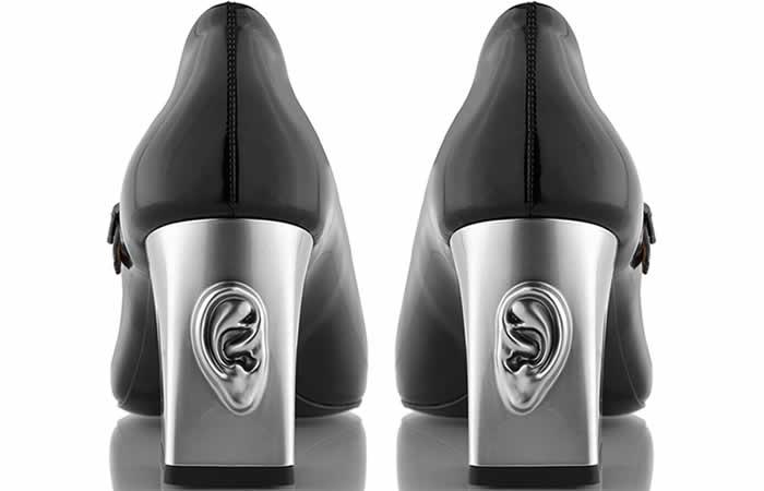 Tacones con oídos en los zapatos de Ganor Dominic
