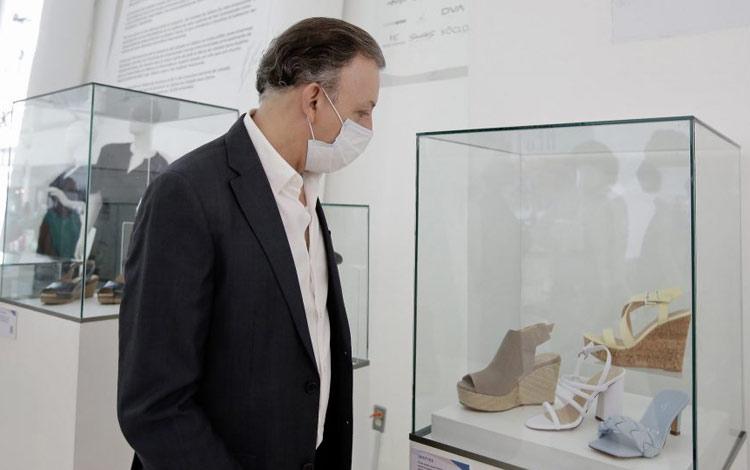 Exposición de zapatos mexicanos en aeropuerto de Guadalajara